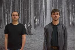 """Christian Müller und Jonas Bolle vor Heide Stolz, Ohne Titel (aus einer Serie im Wald), 1963/ 2013, © Nachlass Heide Stolz, """"DASMAXIMUM"""", Traunreut"""