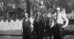 Foto: Richard Eberle. Zwei der abgebildeten polnischen Zwangsarbeiter wurden wenige Monate nach der Entstehung des Bildes von der Gestapo hingerichtet.