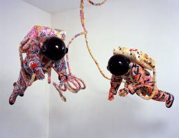 Yinka Shonibare CBE Spacewalk , 2002 Baumwollgewebe mit Siebdruck,  Fiberglas, Sperrholz, Vinyl, Kunststoff,  Stahl Stephen Friedman Gallery, London ©  Bildrecht, Wien, 2019