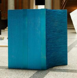 Gisela Stiegler: o.T., 2011. Stehpult für Zwei; Polystyren geschnitzt, lackiert, Acryl, Lack, Metall