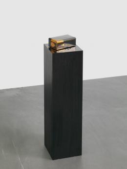 Latifa Echakhch, Sans Titre (La boite en métal), 2016, Holz, Metallbox, Tusche, 85 x 40 x 40 cm, Photo: Stefan Altenburger, Courtesy of the Artist