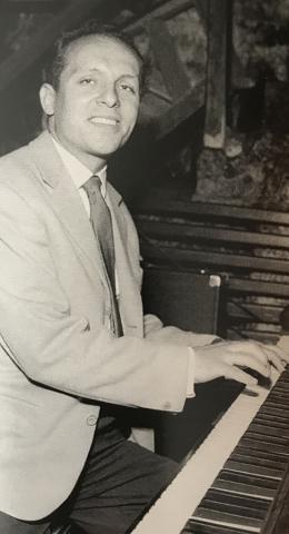 Ein junger Claude Bolling am Piano