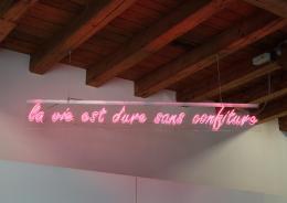 Stefan Vollenweider, La vie est dure sans confiture, 2001. Plexiglas, Neon, 30 x 245 x 5 cm. © Sammlung Kunst(Zeug)Haus