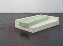 Gary Kuehn, »Loose Insert Piece«, 1966,Lack, Holz | 30,5 x 193 x 58.5 cm | Foto: Michael Ragouzin<