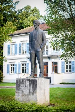 Das von Emil Gehrer geschaffene Jodok-Fink-Denkmal steht derzeit vor dem Palais Thurn & Taxis (Bild: Udo Mittelberger)
