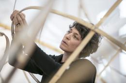 Porträt in der Rauminstallation im Gewerbemuseum Winterthur, 2020, Foto: Michael Lio
