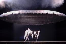Goshka Macuga und Gareth Pugh Neuinszenierung der Oper ANTIGONA, von Tommaso Traetta im Staatstheater Kassel 2017 Hessisches Ministerium für Wissenschaft und Kunst Foto: Nils Klinger