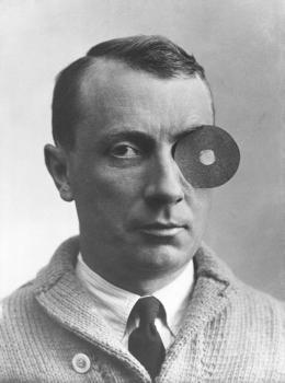 Hans Arp mit Nabelmonokel, Unbekannter Fotograf, 1926 © VG Bild-Kunst, Bonn 2020