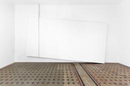 "Monica Bonvicini, ""Structural Psychodrama #3"", 2017 © Monica Bonvicini und Bildreht Wien; Foto: Lorenzo Palmieri Aluminiumrahmen, Polystyrol, MDF, Gips, Farbe, Stahlkette, Haken, 440 x 630 x 28 cm"