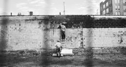 """Monica Bonvicini, """"Untitled (two men building a wall)"""", 2017 © Monica Bonvicini und Bildrecht Wien Pigmentdruck auf Vliestapete 16 x 22 inch (Papier Große)"""