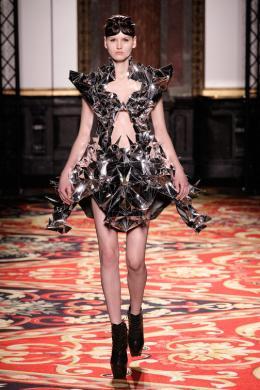 Iris van Herpen, Mirror Dress (Voltage Collection), 2013 Foto: Michel Zoeter / Courtesy of Iris van Herpen Model: Valery Kaufman