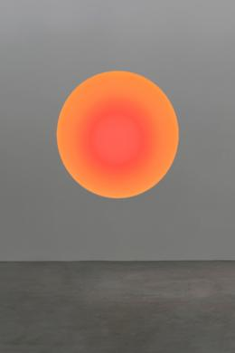 "James Turrell ""The Circular Glass"", 2020 Simulation | Glas, computergesteuerte LED, Stahl, Corian | Blende 120 cm | Rahmen 232,5 x 185 x 37 cm"