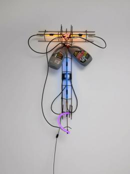 """Keith Sonnier, """"Plunge SONNI19210"""", 1998 Neon, gefundene Objekte, Draht und Trafo, 96.5 x 68.6 x 22.9 cm, Foto: © Caterina Verde"""