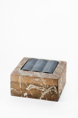 Klaus Lehmann  Kubus mit Bleieinlagen (251-78)  Otzberg bei Zipfen/Hessen, 1978  Schamottiertes Steinzeug, aus Platten gebaut,   matte Engoben/Glasuren (gesprüht, geschüttet)  dreifach gegliederte, gegossene Bleieinlage  H 15,5 cm, B 31 cm, T 31 cm  Schenkung aus der Sammlung Dr. H. Meurer, 2016
