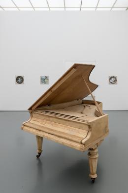 Ohne Titel, 2020, Holz, Metall, 146 x 206 x 99 cm, Courtesy of the artist © Dominic Michel, Ausstellungsansicht, Caravan 1/2020: Dominic Michel, Aargauer Kunsthaus, Foto: ullmann.photography