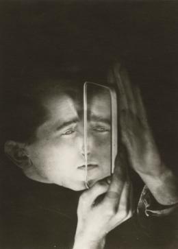 Lotte Beese (1903–1988): Albert Braun mit Spiegel, um 1928. Silbergelatinepapier, 14 x 10 cm; Galerie Kicken Berlin. © Rudolf Kicken Galerie, Cologne 1985 (Bauhaus Portfolio I)