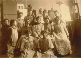Schülerinnenklasse von Prof. Margarete Junge an der Kunstgewerbeschule Dresden, 1911. © Archiv der Hochschule für Bildende Künste Dresden; Bestand Bildarchiv , Sign. 08.01/00015