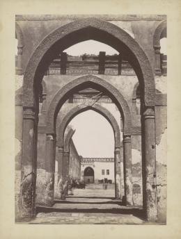 «Innenhof der Tulun-Moschee, Kairo». Émile Béchard. Albuminabzug. Ägypten, Kairo, um 1875. Museum Rietberg, Zürich   FRP 1-63