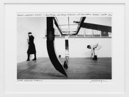 Paul Neagu, Hyphen-Ramp Performance, 1976, Schwarz-Weiss-Fotografie, 55,6 × 45,6 cm, Kunstmuseum Liechtenstein, Vaduz © The Paul Neagu Estate / 2021, ProLitteris, Zürich
