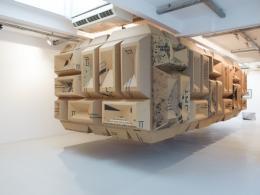 Peter Sandbichler, Shrine, 2017 – 2018 Karton, Holz, 218 x 334 x 727 cm © Galerie Elisabeth & Klaus Thoman, Innsbruck / Wien Foto: kunst-dokumentation.com