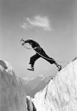 Ernst Heiniger, Sprung über die Gletscherspalte, 1933 © Fotostiftung Schweiz