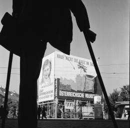 Ein Kriegsversehrter betrachtet das Wahlplakat der ÖVP zu den Nationalratswahlen 1949. Wien 1949 – © Okamoto / ÖNB
