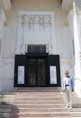 Rekonstruktion der Gründungsdaten auf der Fassade der Secession am 14.06.2021, Foto: Hessam Samavatian