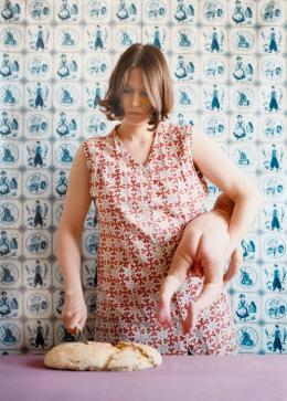 Judith Samen, o.T. (Brotschneiden), 1997 (c) Judith Samen, Bildrecht Wien, 2019.  Foto: Achim Kukulies