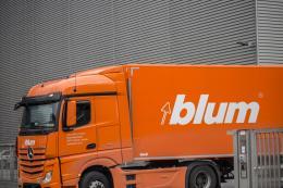 Schriftzug Firma Blum, Dornbirn, Gestaltung Reinhold Luger, Foto: Petra Rainer