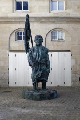 Mann mit Fahne, 2018 Patinierte Bronze, Stahl, 530 x 240 x 240 cm Courtesy of the artist Foto: Aurélien Mole © Thomas Schütte | Bildrecht, Wien, 2019; Aurélien Mole, Monnaie de Paris