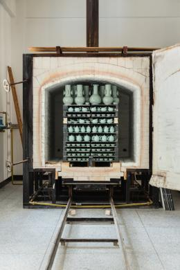 Blick in den gerade geöffneten Gasofen in der Werkstatt von Grossmeister Mao Zhengcong. Foto: Franca Wohlt, 2018.