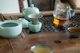 Bei den Seladon-MeisterInnen beginnt jeder Besuch mit einer Schale frisch aufgebrühten Tees. Foto: Franca Wohlt, 2018.