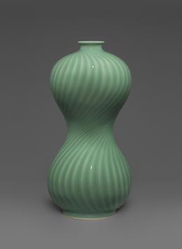 Fenqing xiaomiyao 粉青小蜜腰 (Zartblaue Flaschenvase mit schmaler Taille). Mao Yizhen. 18.5×37 cm. Foto: Franca Wohlt, 2018.