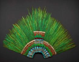 Quetzalfeder-Kopfschmuck, Federn von Quetzal, Kotinga, Rosalöffler, Cayenne- Fuchskuckuck, Eisvogel; Holz, Rohrspäne, Fasern, Papier, Baumwolle, Leder, Gold, Messing H: 130 cm; B: 178 cm Mexiko, aztekisch, um 1520 KHM-Museumsverband, Weltmuseum Wien, Inv. Nr. 10.402 © KHM-Museumsverband