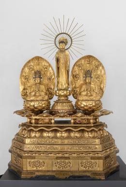 阿弥陀三尊像 Statue der Buddha Amitabha Trinität Stehende amida-nyorai Figur: Muromachi-Periode, 15–16. Jh. Holz, Blattgold Bodhisattva Figur (links) Kōkei Edo-Periode (1600 – 1868), 17–18. Jh. Holz, Goldschlamm (Körper), Blattgold (Kleidung) Bodhisattva Figur (rechts) Shikibu Kyō Edo-Periode, 17–18. Jh. Holz, Goldschlamm (Körper), Blattgold (Kleidung) © KHM-Museumsverband