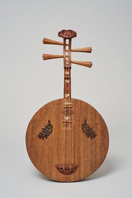 月琴 Gekkin (Mondlaute) Ishimura Minosuke (Shakusai) 石村巳之助(鑠斎) Tōkyō, nach 1872 und vor 1882 Holz, Jade © KHM-Museumsverband