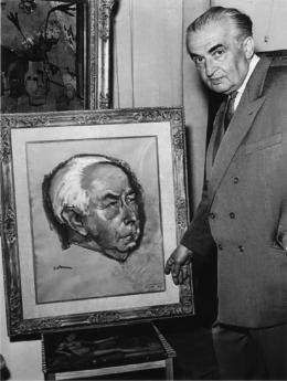 Wolfgang Gurlitt, Gurlitt vor einem Bildnis des Bundespräsidenten Theodor Heuss (gemalt von Prof. Kallmann), 1957  Fotoarchiv LENTOS Kunstmuseum Linz