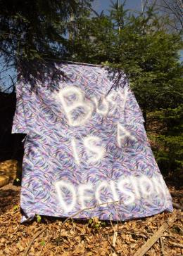 Anita Zumbühl, Busy is a Decision, Modern Ambitions, 2018 Spray auf Textil, 260 × 190 cm, Courtesy of the artist